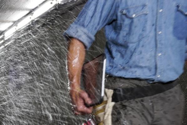 tabletti kastuu vesisuihkussa Kuva: Panasonic