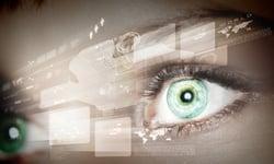 silmät katsovat graafeja ja valvovat tietoa Kuva Shutterstock