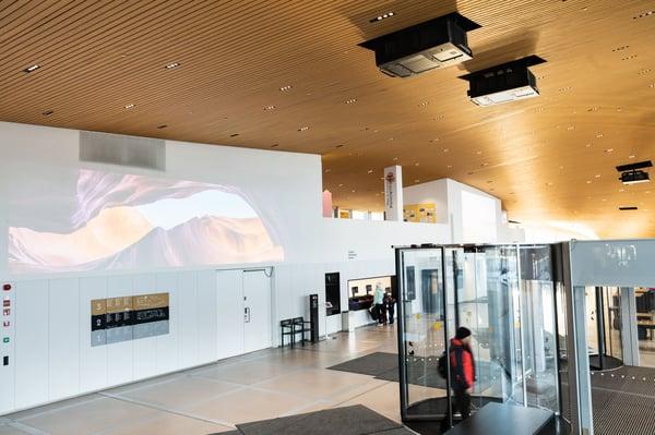 Oodin pääsisäänkäynnin yläpuolella Panasonic-projektorit suurtaideprojisoinnissa