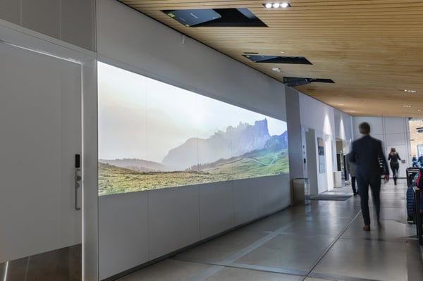 Panasonic-projektorien UST-linssien suurtaideprojisio Oodin kahvilan vieressä
