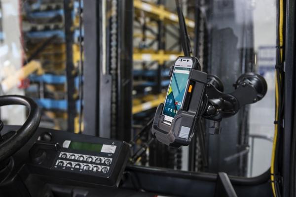 Panasonic FZ-N1 Android-käsipääte trukkikäytössä varastossa Kuva: Panasonic