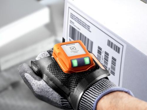 puettava ProGlove-skanneri käytössä pakettiliiketoiminnan tehtävissä Kuva ProGlove