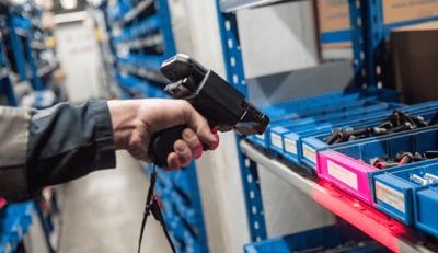 Raskoneen asentaja lukee hyllystä viivakoodia Panasonic-käsipäätteellä ja TOUGHBOOK Omnia -mobiilisovelluksella Kuva: Paula Ojansuu
