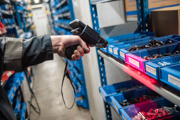 Raskoneen asentaja lukee viivakoodia varaosahyllystä TOUGHBOOK Omnialla kehitetyllä mobiilisovelluksella ja Panasonic-päätelaitteella Kuva Paula Ojansuu