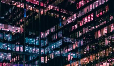 värikäs rivistö sisätilat paljastavia ikkunoita isossa talossa Credit: Mike Kononov Unsplash