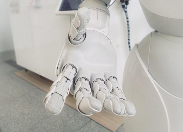 robotin käsi ojentuu katsojaa kohti Credit Franck V Unsplash