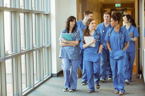 lääkäriopiskelijat kävelevät käytävää pitkin Kuva Shutterstock