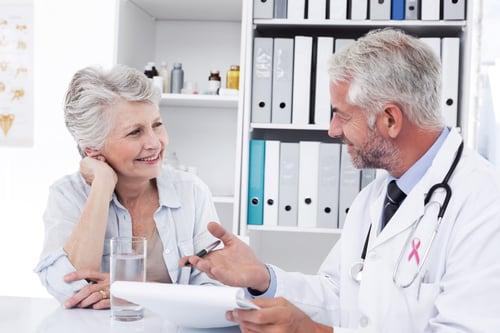 potilas ja lääkäri keskustelevat vastaanotolla Kuva Shutterstock
