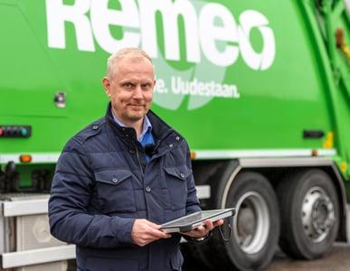 Remeo-aluejohtaja-Kimmo-Käenmäki-jäteauton-edessä-Toughpad-kädessä