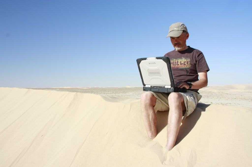 Jukka Viljanen istuu Toughbook CF-30 sylissään Saharassa Credit: Jukka Viljanen