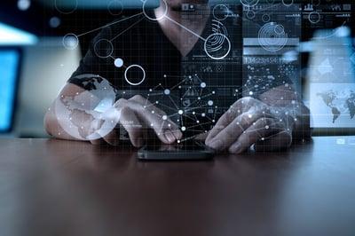 ihminen käyttää mobiililaitetta ja pohtii liiketoimintastrategiaa Credit: Shutterstock