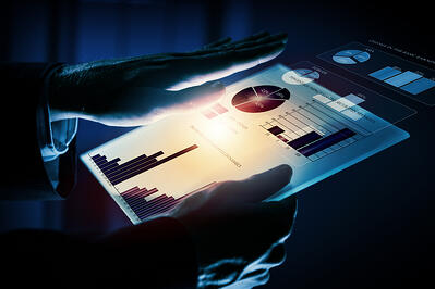 henkilö käyttää raporttityökalua tabletilla Kuva: Shutterstock