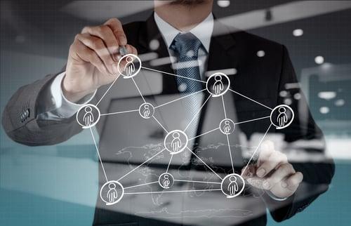 Henkilö hahmottelee sosiaalista verkostoa kartan päällä Kuva: Shutterstock