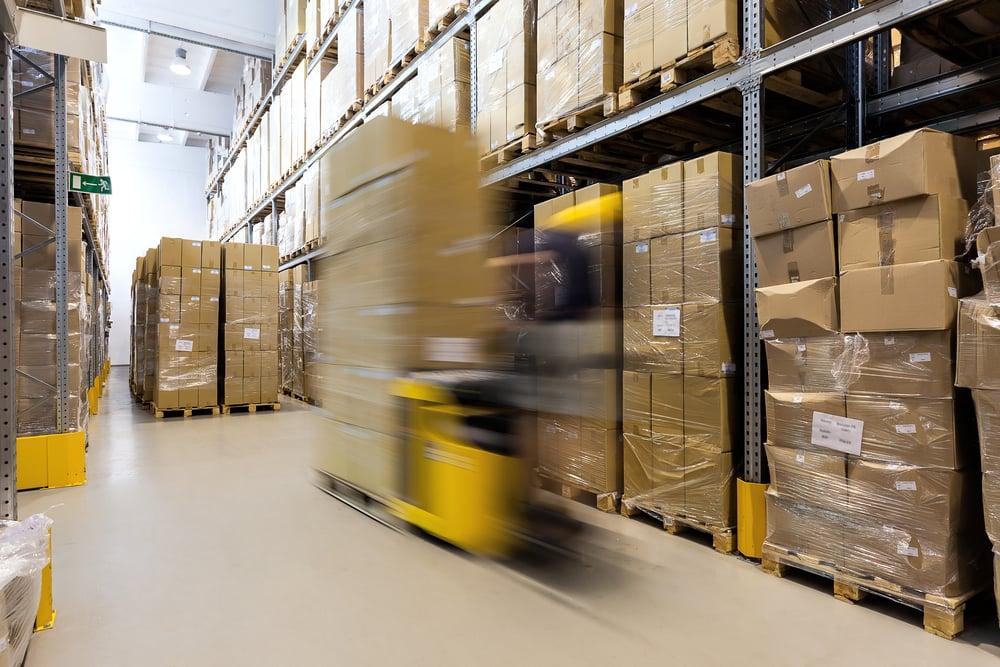 trukki ajaa varaston käytävällä paketteja kyydissään Kuva: Shutterstock