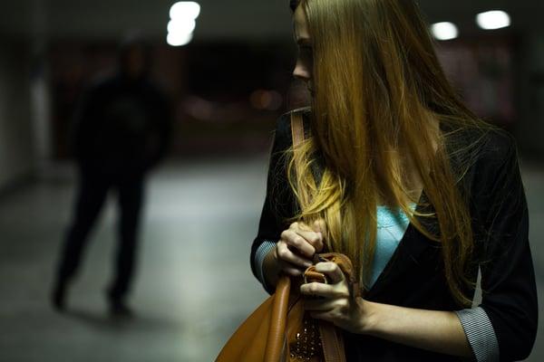 illalla kävelyllä oleva nainen joutuu uhkaavan hahmon seuraamaksi Kuva: Shutterstock