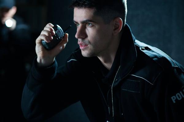 poliisi käyttää radiopuhelinta Kuva: Shutterstock