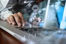 lääkäri työskentelee tietokoneella Kuva: Shutterstock