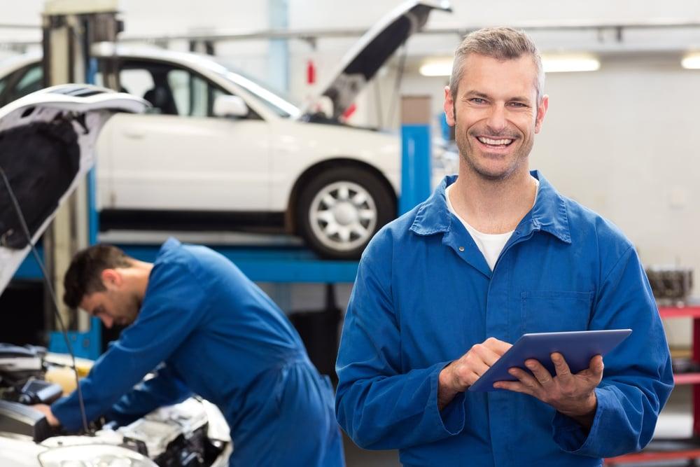 mekaanikko tekee kirjauksia autohuollossa Kuva: Shutterstock