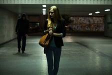 henkilö pakenee tummaa hahmoa joka kävelee hänen perässään alikulussa Kuva: Shutterstock