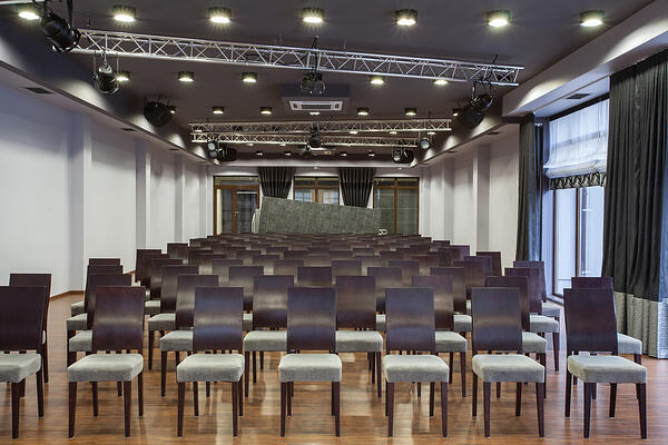 Woodland hotel - Conference hall with neatly arranged seats Image: Shutterstock