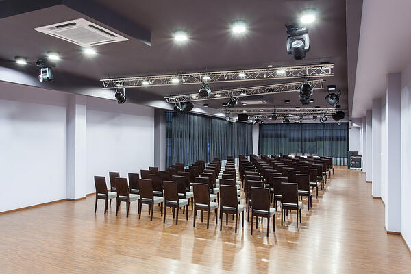 Woodland hotel - Spacious conference room with chairs