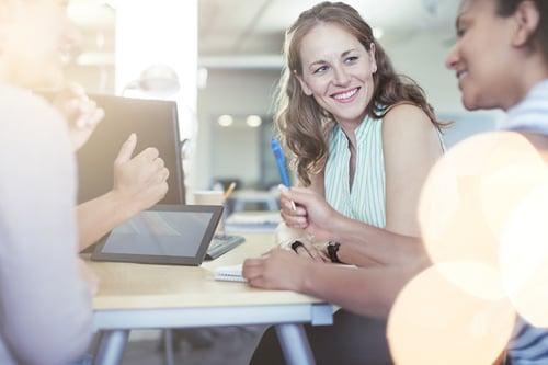 ihmiset kokoontuneena saman pöydän ääreen Kuva Shutterstock
