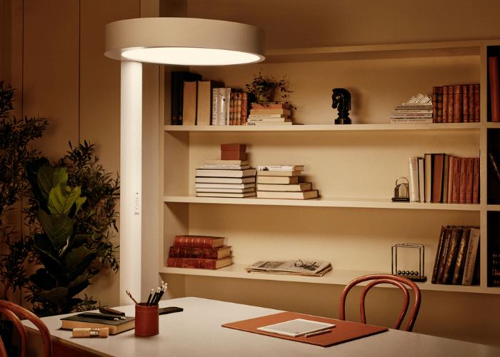 BrainLit Alven käytössä henkilön työpöydän valaistuksena Kuva BrainLit