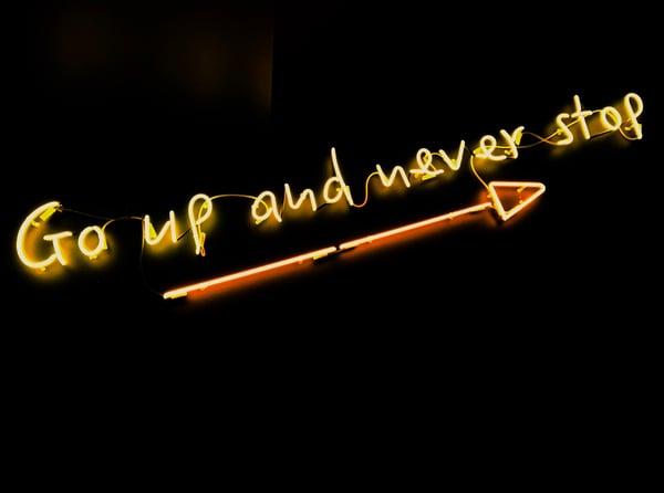 go up and never stop -teksti ylöspäin osoittavan nuolen päällä Credit: Fab Lentz Unsplash