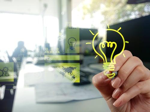 ihminen piirtää idean syntyä kuvastavaa hehkulamppua Kuva Shutterstock