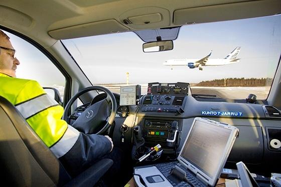 Työnjohtaja Arto Savolainen kerää kitkatietoja, joita tämäkin laskeutuva kone tarvitsee.