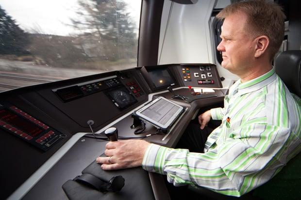 Veturinkuljettaja Erkki Kauranen ja ohjaamon tärkein työväline Panasonic Toughpad FZ-G1 -tabletti.