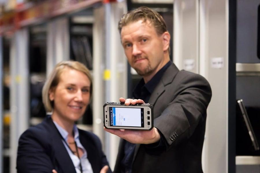 Kestävää kehitystä tukee nyt kestävä työkalu, Panasonicin 5-tuumainen Toughpad FZ-X1. Kuvassa Mikko Kulmala ja Anne-Maria Hauhio sekä Panasonic Toughpad FZ-X1