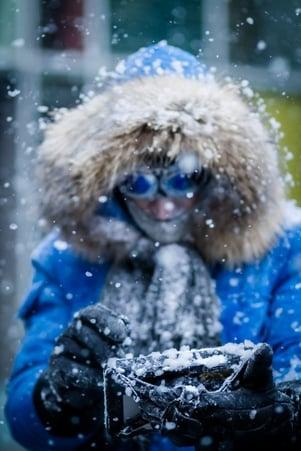 Ihminen käyttää Panasonic Toughbookia lumisateessa Kuva Panasonic