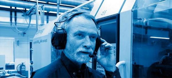 Mies käyttää viestintäkuulosuojaimia meluisassa ympäristössä Kuva: Peltor