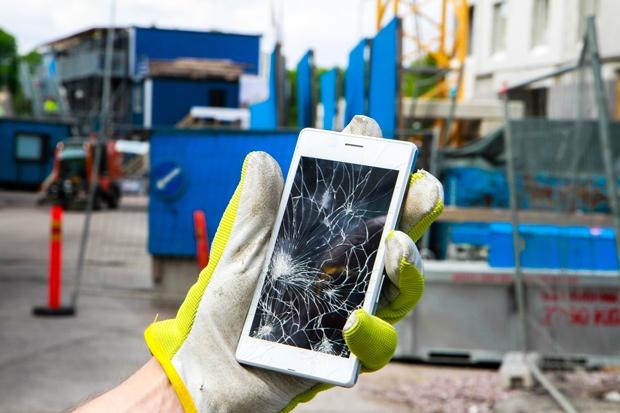 älypuhelin jonka näyttö on särkynyt