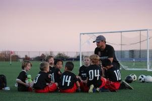 jalkapallojoukkue-valmentajan-kanssa-alyssa-ledesma-unsplash