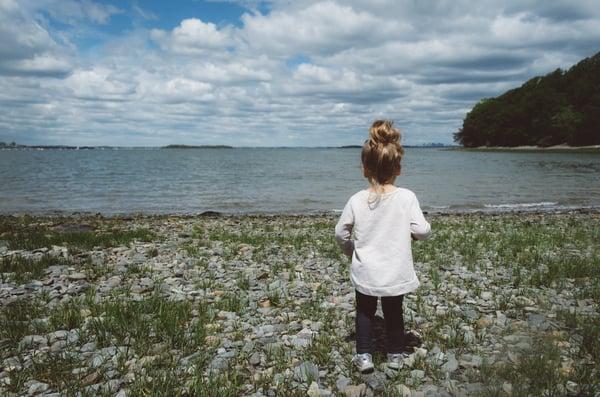 pieni lapsi rannalla Credit: Kelly Sikkema Unsplash