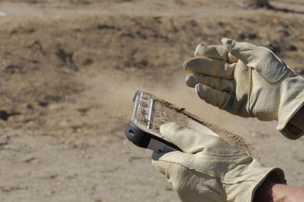 Panasonic fully rugged FZ-G1-tabletti käytössä hiekan peittämänä Credit: Panasonic