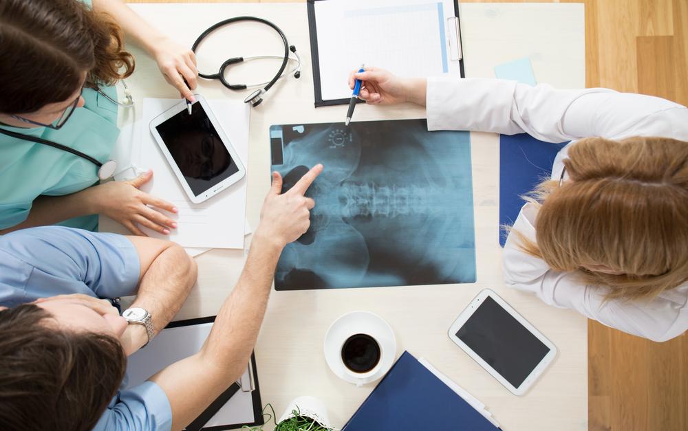 hoitotiimi jakaa tietoa potilaasta ja tekee diagnoosia yhdessä Kuva Shutterstock