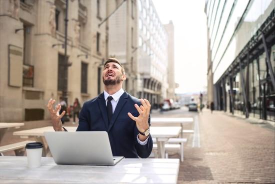 turhautunut mies kannettavan tietokoneen ääressä Credit: Canva