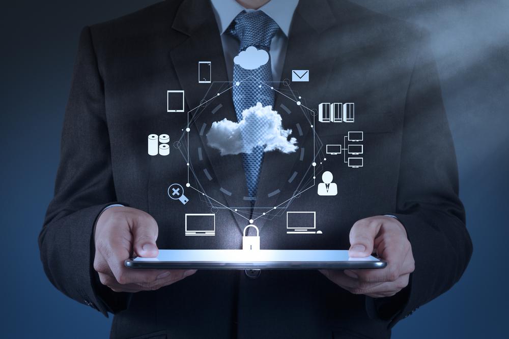 ihmisen käsissä on tabletti josta nousee infografiikkaa laitteista, käyttäjistä ja yhteyksistä Kuva: Shutterstock
