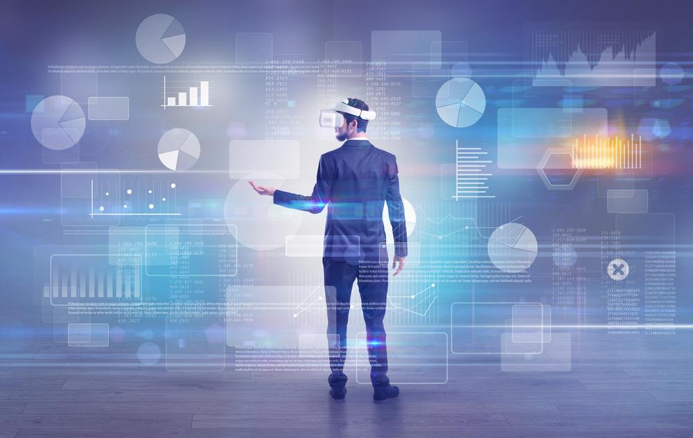 mies käyttää puettavia virtuaalilaseja puku päällä Kuva: Shutterstock
