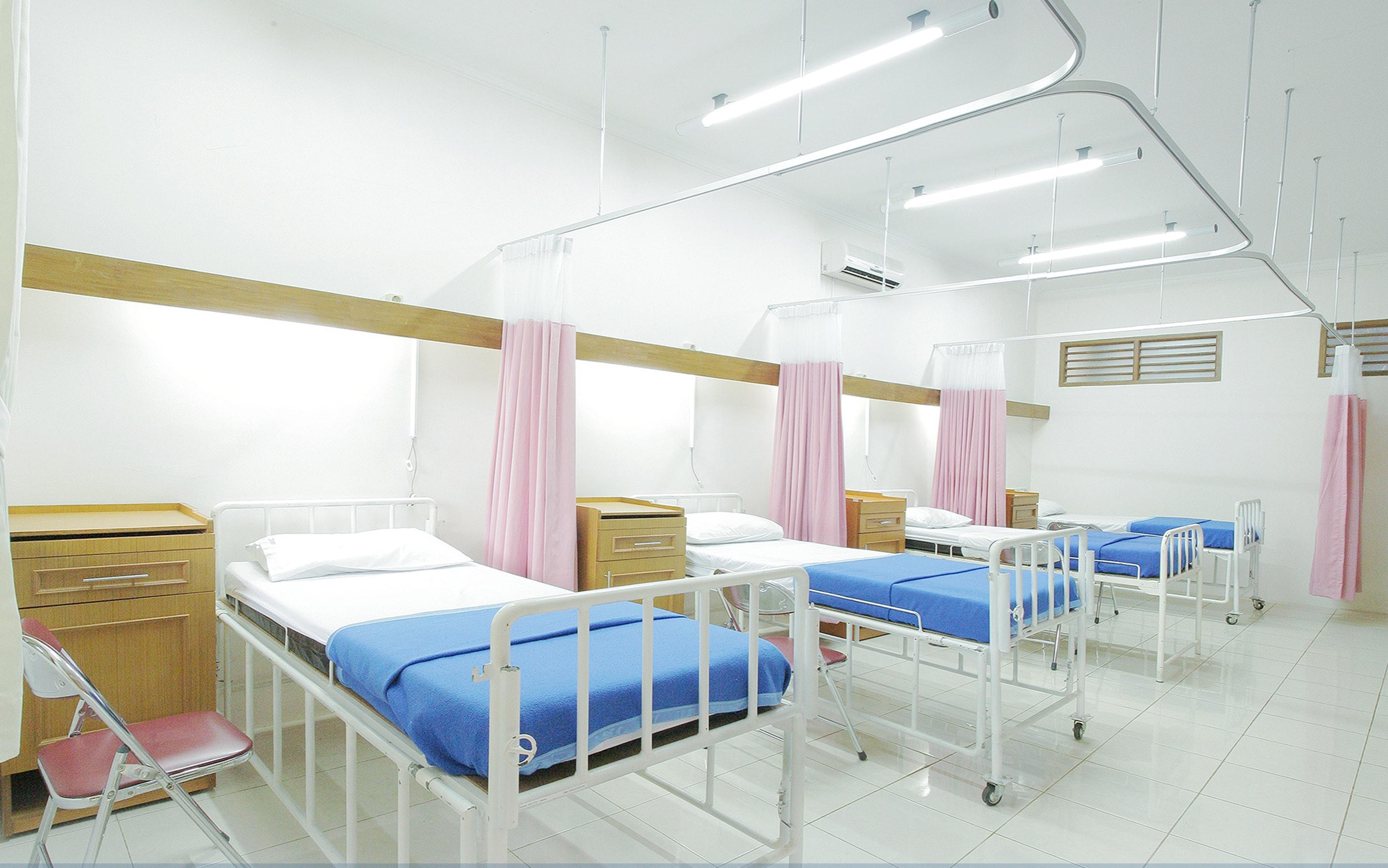 sairaalahuone jossa neljä sänkypaikkaa Credit: Adhy Savala Unsplash