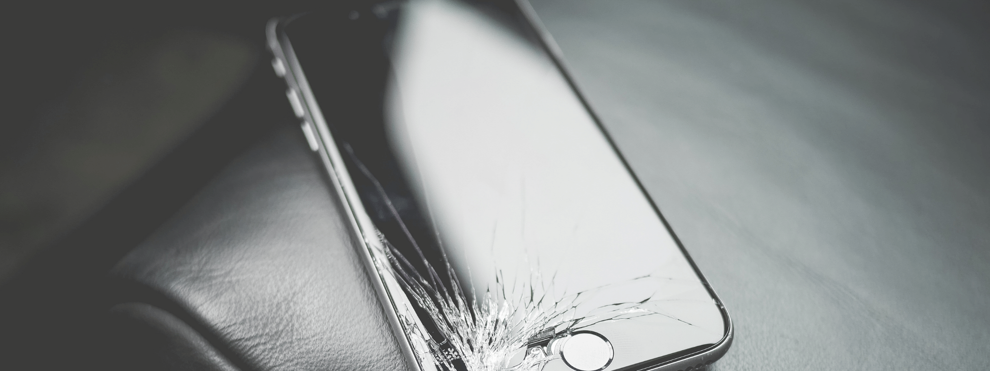 ei-vahvennettu kännykkä jossa rikkinäinen näyttö