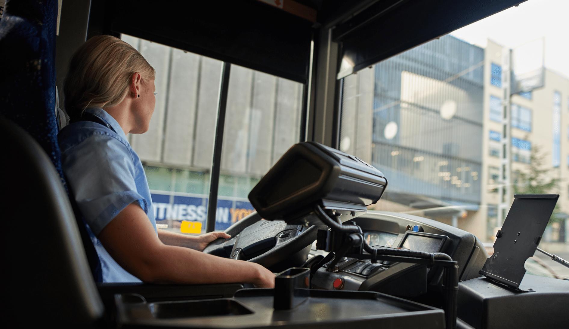 Nysse-kuljettaja ratissa Kuva Tampereen seudun joukkoliikenne